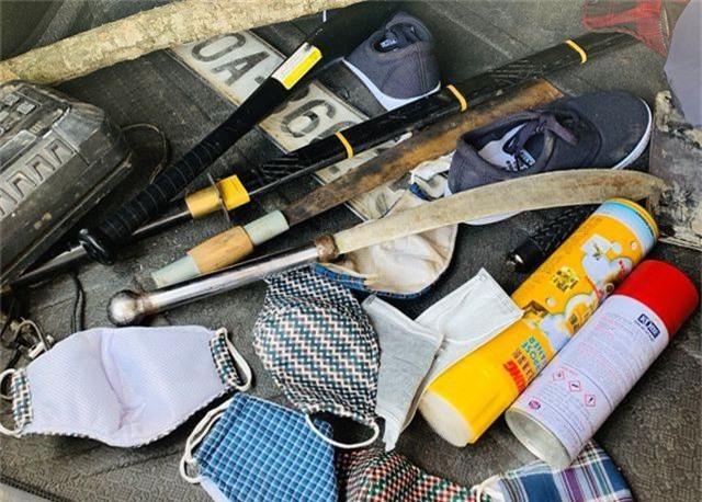 4 đối tượng bịt mặt đi ô tô không biển số tấn công chủ tịch xã - 2