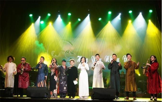Ca sĩ Tấn Sơn (thứ hai, từ phải sang) hát cùng các nghệ sĩ nổi tiếng trên sân khấu nhạc Trịnh