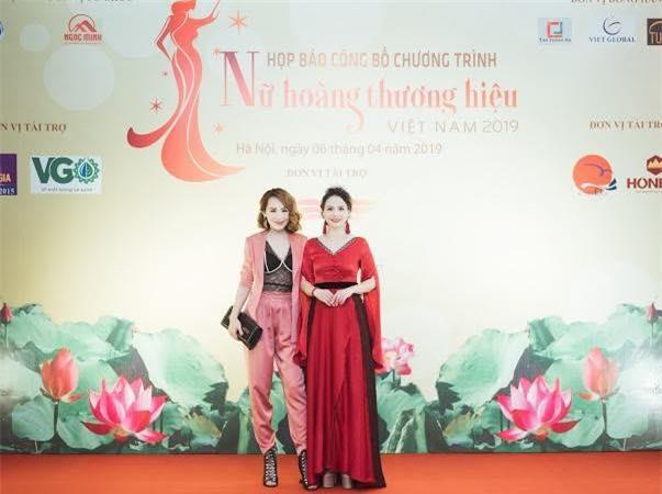 Nữ hoàng thương hiệu năm 2018 Hiền Nguyễn diện chiếc đầm đỏ do Kim Sỹ tư vấn