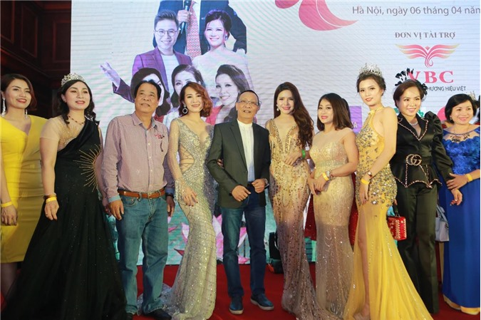 Ms Kim Sỹ chụp hình cùng MC Lại Văn Sâm, Á hậu Nga Queen và một số khách mời