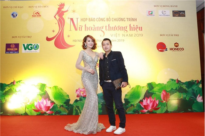 Stylist Design Kim Sỹ - giám đốc thương hiệu YSG chụp ảnh cùng Chuyên gia thương hiệu Nguyễn Tri Hưng