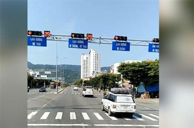 Đoàn xe ngang nhiên vượt đèn đỏ ở Đà Nẵng hôm 6/4.
