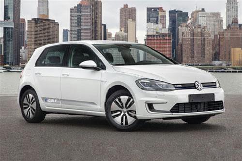 4. Volkswagen e-Golf 2019 (giá khởi điểm: 31.895 USD).
