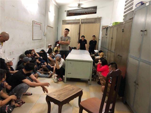 Cảnh sát kiểm tra quán ba, đưa 50 người về trụ sở kiểm tra ma tuý