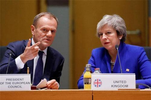 Thủ tướng Anh Theresa May và chủ tịch Hội Đồng Châu Âu Donald Tusk trong cuộc họp thượng đỉnh bất thường, Brussels, Bỉ, ngày 25/11/2018. Ảnh: Reuters.