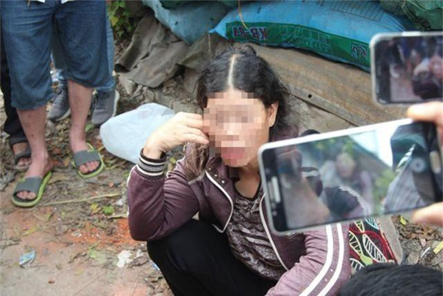 Bà Lê Thị Lá nhận được hung tin lúc 6h sáng, lao xe ngay ra chỗ con làm nhưng từ sáng tới giờ bà vẫn chưa được nhìn thấy con.