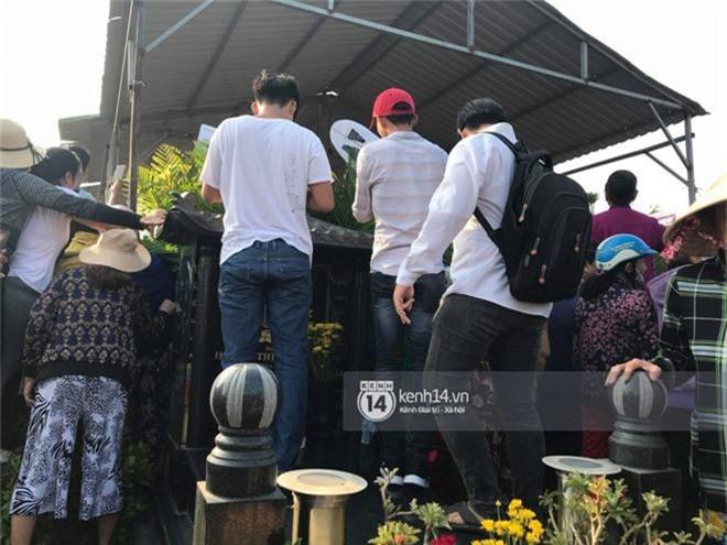 Đám đông chen lấn, giẫm đạp lên các mộ phần để tìm vị trí đẹp theo dõi tang lễ Anh Vũ - Ảnh 4.