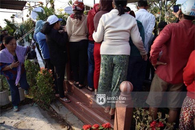 Đám đông chen lấn, giẫm đạp lên các mộ phần để tìm vị trí đẹp theo dõi tang lễ Anh Vũ - Ảnh 6.
