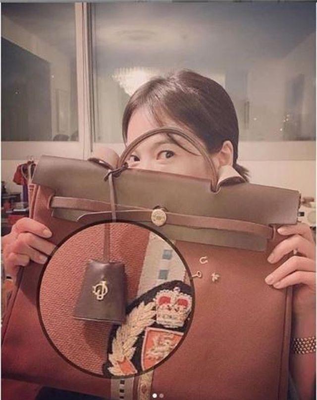 """Song Hye Kyo gắn tên """"ông xã"""" Song Joong Ki lên túi xách - 2"""
