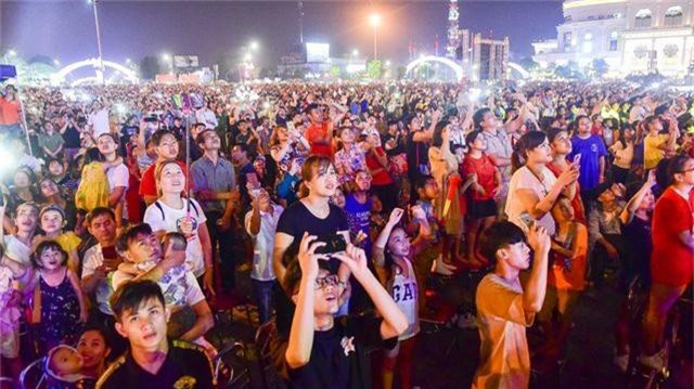 Hàng vạn người mãn nhãn với màn pháo hoa trong đêm khai hội Đền Hùng 2019 - 5