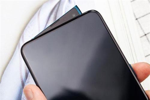 Camera selfie của Oppo Reno 10x Zoom được thiết kế dạng trượt (pop-up) dạng nâng bằng động cơ. Oppo sử dụng cấu trúc nâng một bên vì đã cố định đầu còn lại. Ở phần camera pop-up nhô lên cũng có tích hợp loa thoại và đèn flash phía sau. Camera này có độ phân giải 16 MP, khẩu độ f/2.0, cho khả năng quay video Full HD, tích hợp HDR, ống kính góc rộng 79,3 độ.