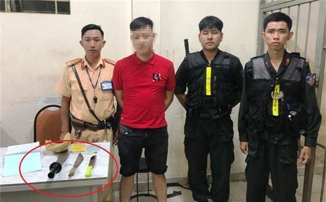 Cảnh sát chặn bắt ô tô của nam thanh niên chở nhiều dao tự chế - 1