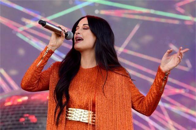 Nhan sắc ngojt ngào của ca sỹ vừa giành 4 giải Grammy - 1