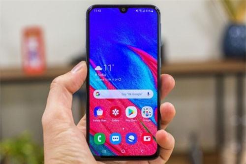 Giống các sản phẩm khác trong dòng A series năm nay, Galaxy A40 cũng sở hữu màn hình thiết kế dạng giọt nước với tỷ lệ 19:9. Màn hình này dùng tầm nền Super AMOLED kích thước 5,9 inch, độ phân giải Full HD Plus (2.280x1.080 pixel), mật độ điểm ảnh 428 ppi.