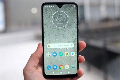 Motorola Moto G7 Plus dùng tấm nền màn hình IPS kích thước 6,2 inch, độ phân giải Full HD Plus (2.270x1.080 pixel), mật độ điểm ảnh 405 ppi. Màn hình này được chia theo tỷ lệ 19:9.
