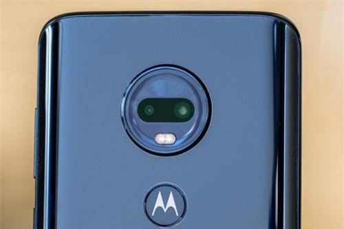 Bộ đôi camera sau của Motorola Moto G7 Plus có độ phân giải 16 MP, khẩu độ f/1.7 cho khả năng lấy nét theo pha, chống rung quang học (OIS) và cảm biến phụ 5 MP, f/2.2 cho khả năng chụp ảnh xóa phông. Bộ đôi này được trang bị đèn flash LED 2 tông màu, quay video 4K.