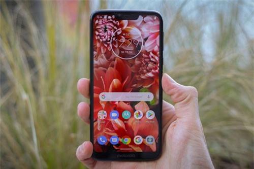 Motorola Moto G7 Power dùng tấm nền màn hình IPS kích thước 6,2 inch, độ phân giải HD Plus (1.570x720 pixel), mật độ điểm ảnh 279 ppi. Màn hình này được chia theo tỷ lệ 19,5:9.
