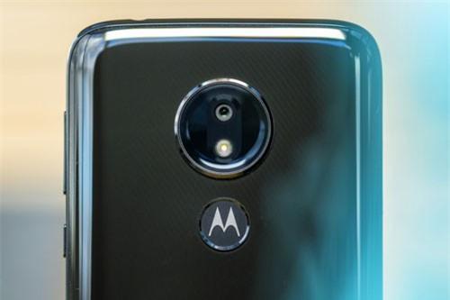 Camera sau của Motorola Moto G7 Power có độ phân giải 12MP, khẩu độ f/2.0, trang bị đèn flash LED, hỗ trợ lấy nét theo pha, quay video 4K.