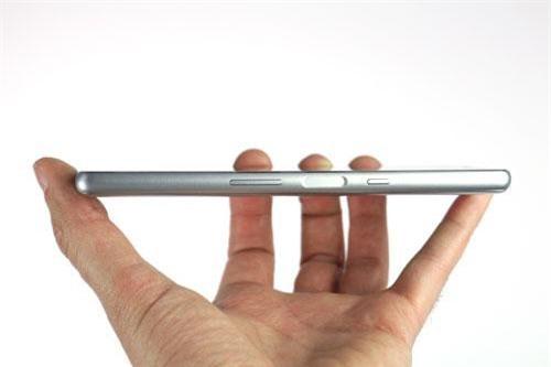 Cạnh phải là nơi đặt phím tăng, giảm âm lượng; cảm biến vân tay cùng nút nguồn.