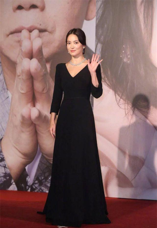 Cuối tuần vừa rồi, Song Hye Kyo đã được mời làm khách trong Lễ trao giải Kim Tượng năm 2019 tại Hồng Kong. Ngôi sao xứ Hàn là một trong những nghệ sĩ quốc tế được truyền thông và người hâm mộ tại xứ hương cảng quan tâm nhất.