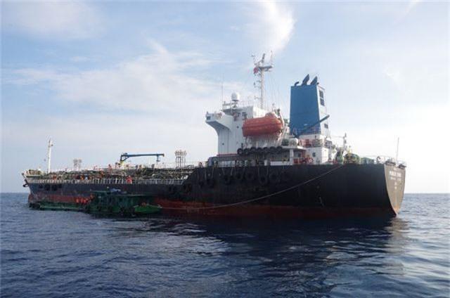Bắt vụ sang chiết xăng trái phép trên biển - 1