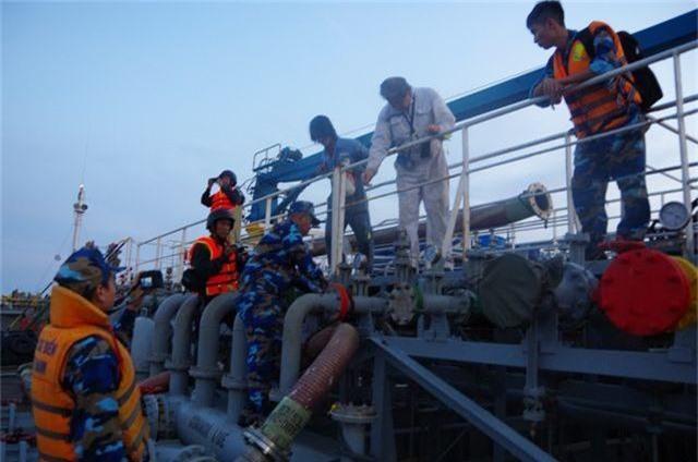 Bắt vụ sang chiết xăng trái phép trên biển - 2