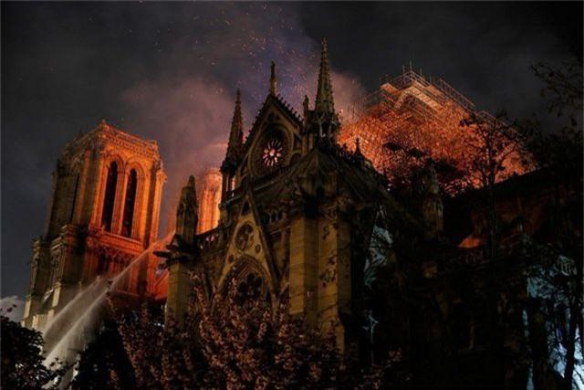 Hiện trường vụ hỏa hoạn kinh hoàng tàn phá nhà thờ Đức Bà Paris - 1