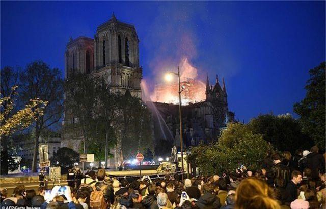 Hiện trường vụ hỏa hoạn kinh hoàng tàn phá nhà thờ Đức Bà Paris - 11