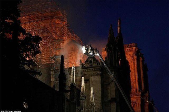 Hiện trường vụ hỏa hoạn kinh hoàng tàn phá nhà thờ Đức Bà Paris - 14