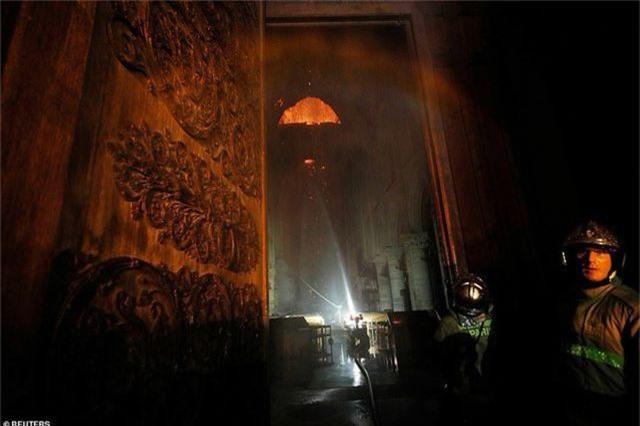 Hiện trường vụ hỏa hoạn kinh hoàng tàn phá nhà thờ Đức Bà Paris - 18