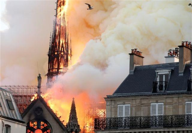 Hiện trường vụ hỏa hoạn kinh hoàng tàn phá nhà thờ Đức Bà Paris - 3