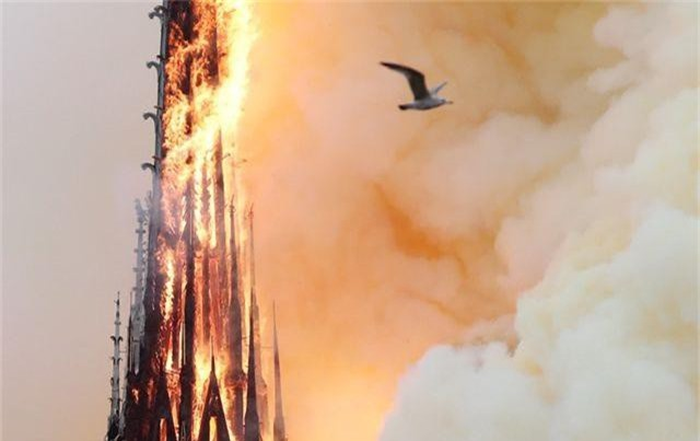 Hiện trường vụ hỏa hoạn kinh hoàng tàn phá nhà thờ Đức Bà Paris - 6