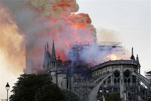 Hiện trường vụ hỏa hoạn kinh hoàng tàn phá nhà thờ Đức Bà Paris - 7