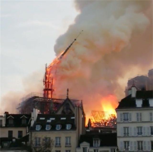 Hiện trường vụ hỏa hoạn kinh hoàng tàn phá nhà thờ Đức Bà Paris - 8