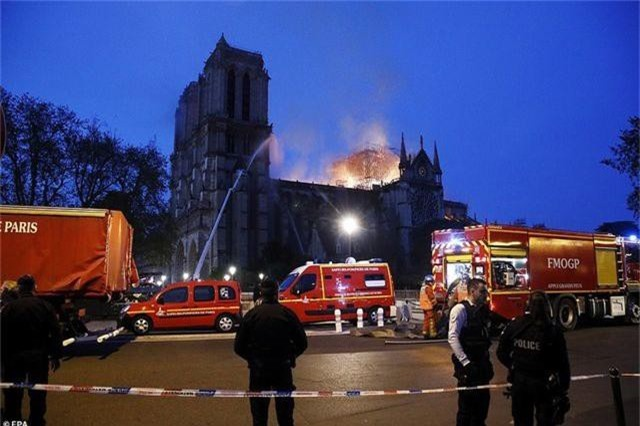 Hiện trường vụ hỏa hoạn kinh hoàng tàn phá nhà thờ Đức Bà Paris - 9