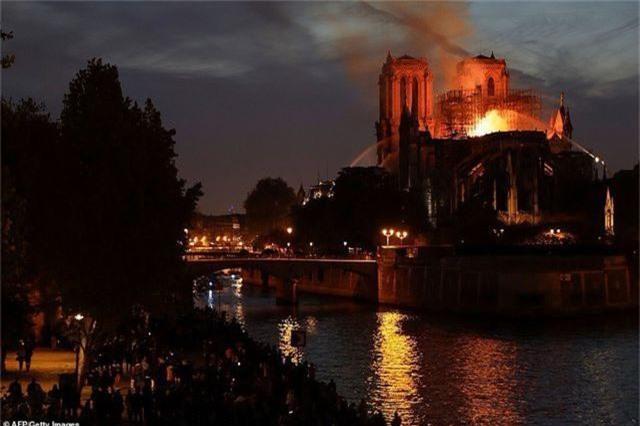 Nhà thờ Đức Bà Paris, Pháp chìm trong biển lửa - 10