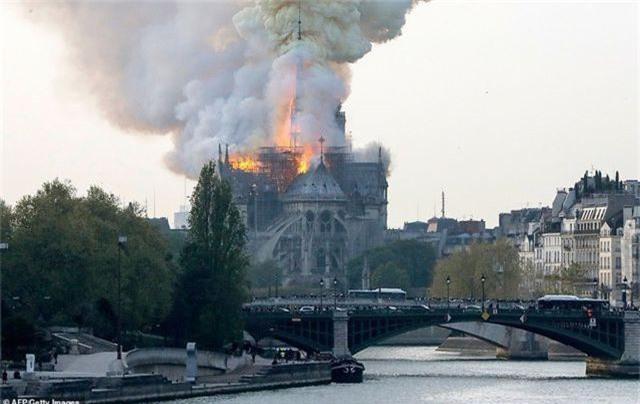 Nhà thờ Đức Bà Paris, Pháp chìm trong biển lửa - 2