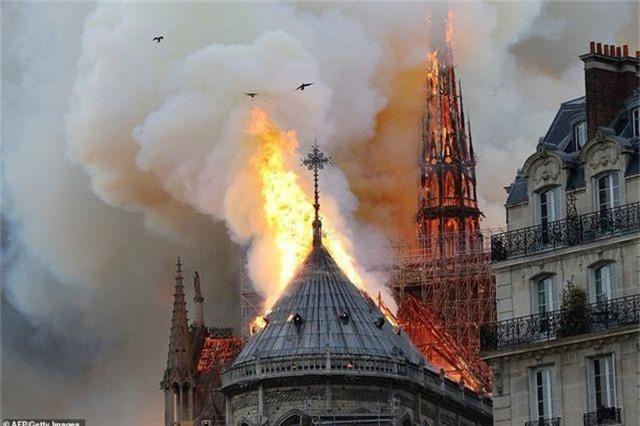 Nhà thờ Đức Bà Paris, Pháp chìm trong biển lửa - 6