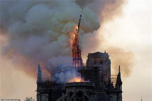 Nhà thờ Đức Bà Paris, Pháp chìm trong biển lửa - 7