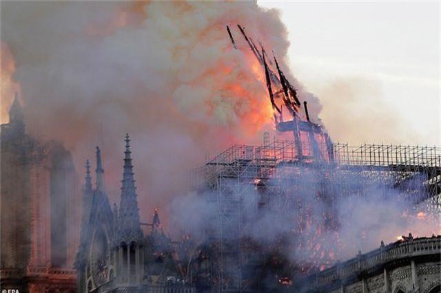 Nhà thờ Đức Bà Paris, Pháp chìm trong biển lửa - 8