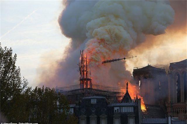 Nhà thờ Đức Bà Paris, Pháp chìm trong biển lửa - 9