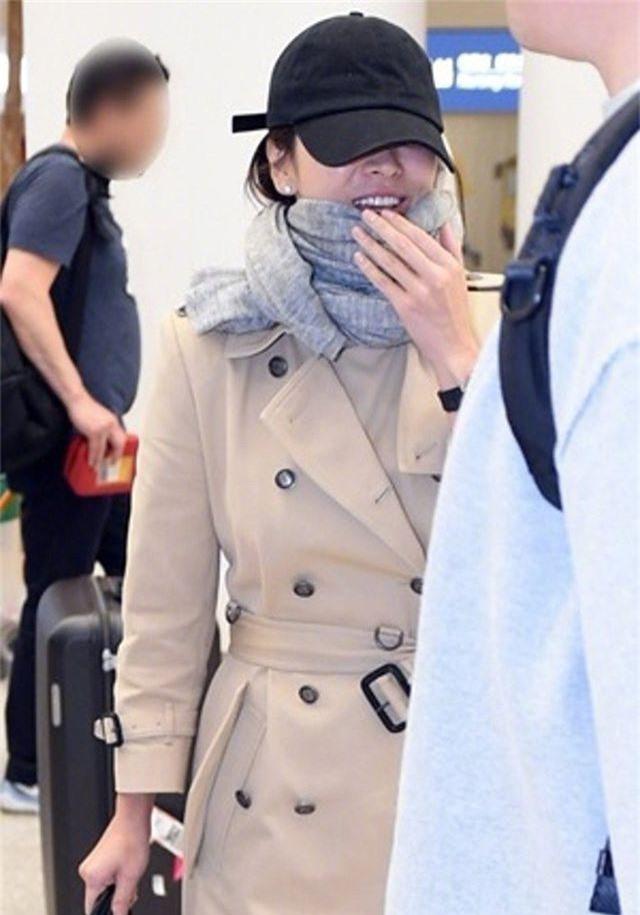 Song Hye Kyo lại khiến fan đồn đoán vì không đeo nhẫn cưới - 11