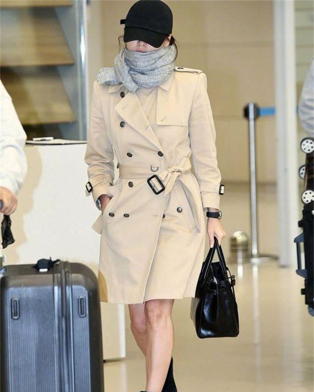 Song Hye Kyo lại khiến fan đồn đoán vì không đeo nhẫn cưới - 12