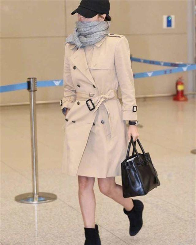 Song Hye Kyo lại khiến fan đồn đoán vì không đeo nhẫn cưới - 13