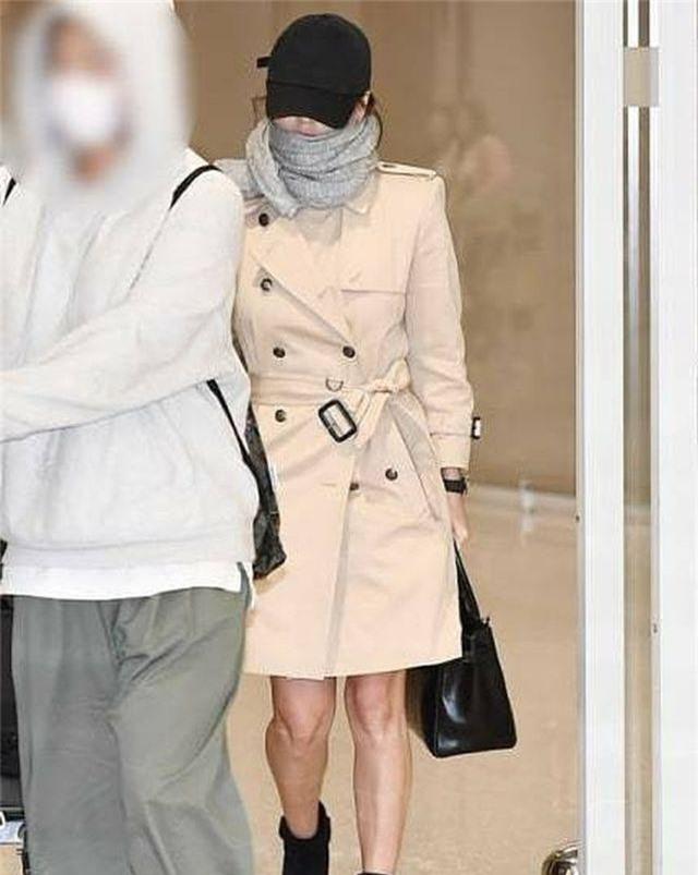 Song Hye Kyo lại khiến fan đồn đoán vì không đeo nhẫn cưới - 16