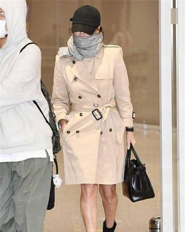 Song Hye Kyo lại khiến fan đồn đoán vì không đeo nhẫn cưới - 17