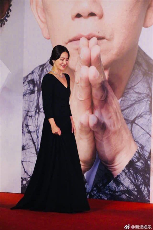 Song Hye Kyo lại khiến fan đồn đoán vì không đeo nhẫn cưới - 2