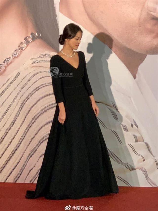 Song Hye Kyo lại khiến fan đồn đoán vì không đeo nhẫn cưới - 4