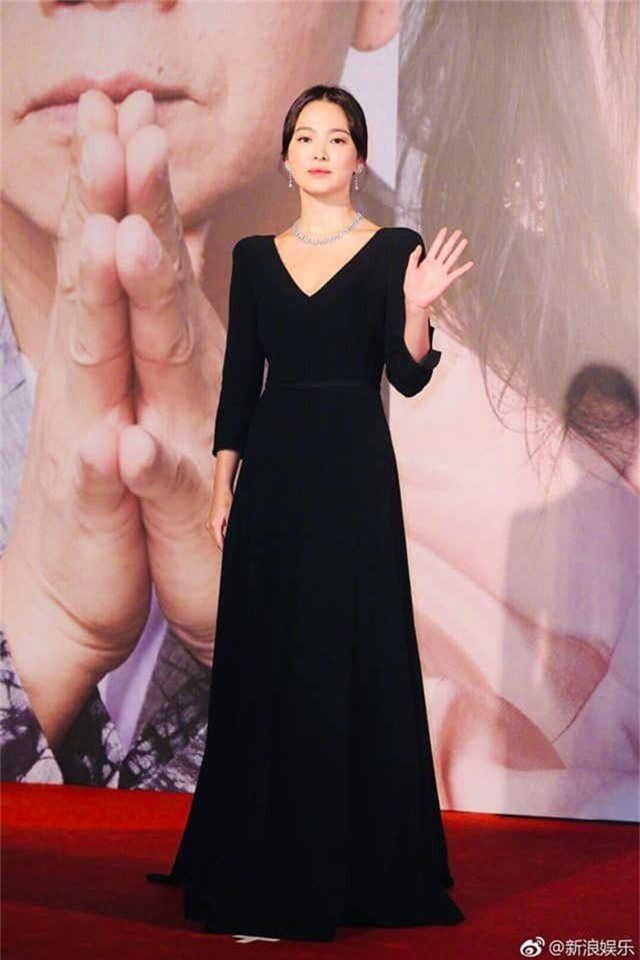Song Hye Kyo lại khiến fan đồn đoán vì không đeo nhẫn cưới - 5