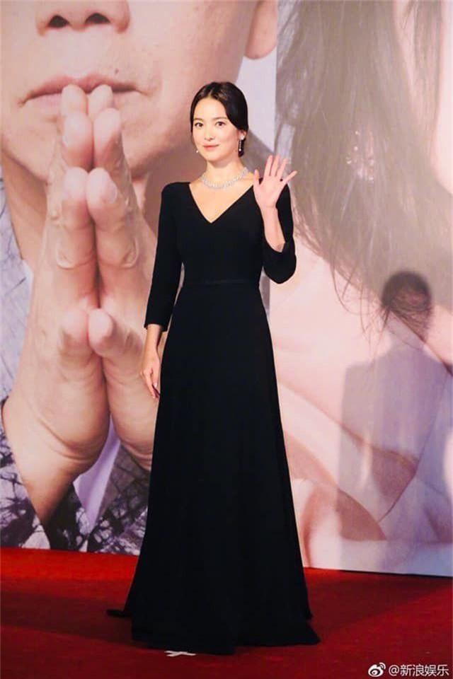 Song Hye Kyo lại khiến fan đồn đoán vì không đeo nhẫn cưới - 6